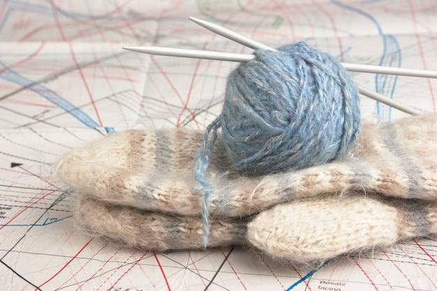 Pelote de laine et mitaines sur fond