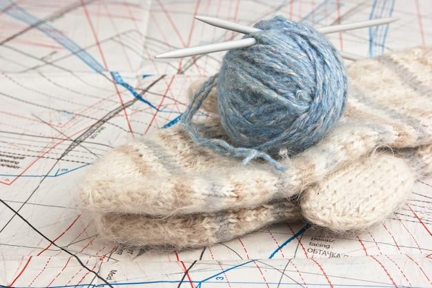 Pelote de laine et mitaines sur un modèle d'espace