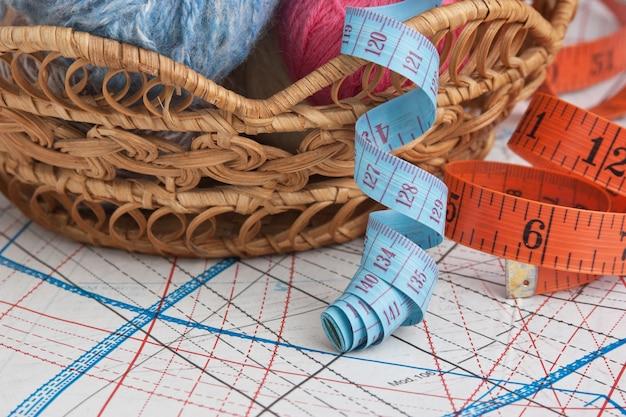 Pelotes de laine sur un motif de fond