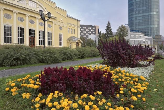 Pelouse fleurie devant le théâtre de novossibirsk