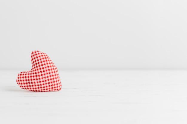 Une peluche en forme de petit coeur