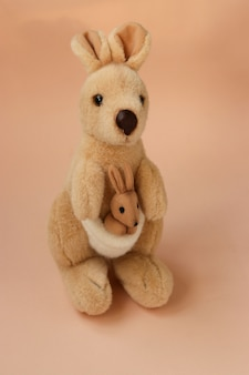 Peluche maman kangourou avec un bébé