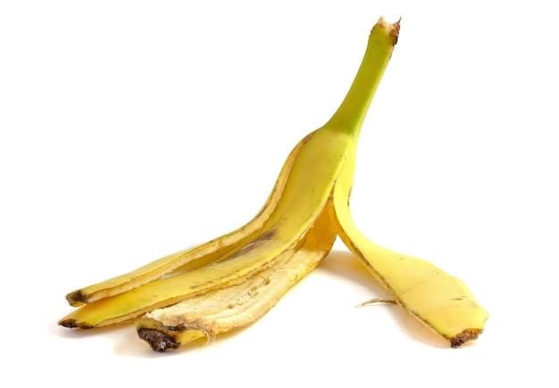 Pelure de banane isolé sur fond blanc se bouchent. matière organique pour compost.