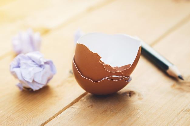 Pelure d'œuf cassée au crayon