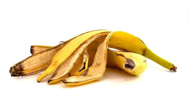 Pelures de banane sur fond blanc.