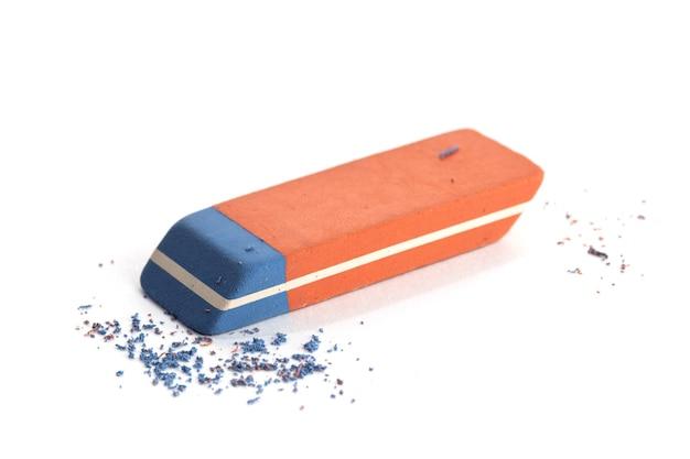 Pen ink eraser et copeaux isolés sur une surface blanche