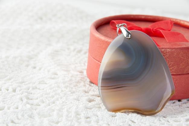 Pendentif agate grise et boite rouge