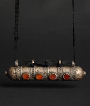 Pendentif antique antique avec des pierres sur fond noir. bijoux vintage d'asie centrale