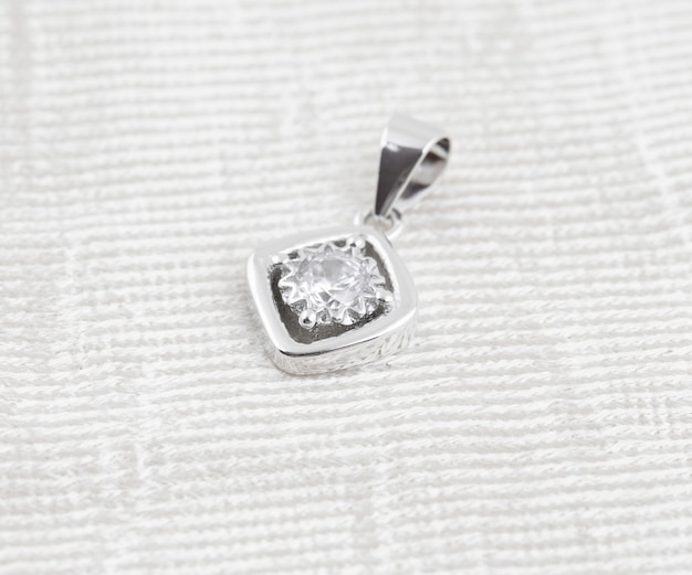 Pendentif en argent avec diamant unique