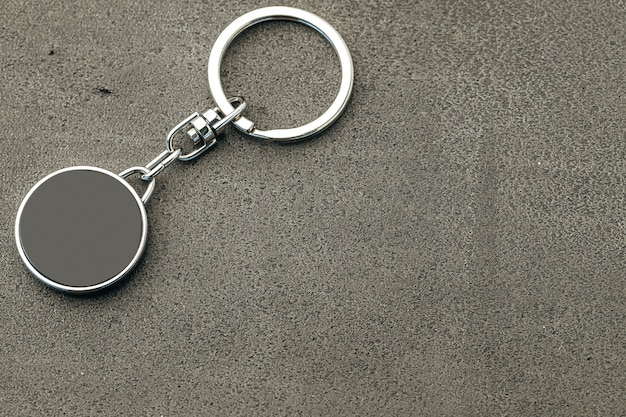 Pendentif clé en métal sur béton foncé