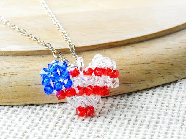 Pendentif en forme de coeur de cristaux et de diamants.