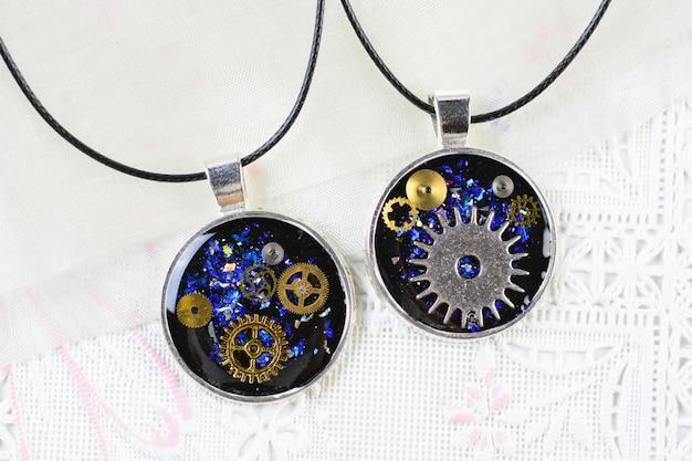 Pendentif steam punk style, collier multicolore en résine, pendentif en résine avec pignons et garde-temps