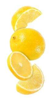 Pendre, tomber et voler un morceau de fruits citronnés isolé