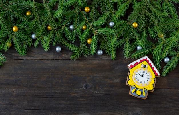 Pendule en pain d'épice avec branches de coucou et de pin et décor doré et argenté