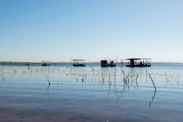Péniche de pêche au milieu de la rivière. à l'intérieur du brésil.
