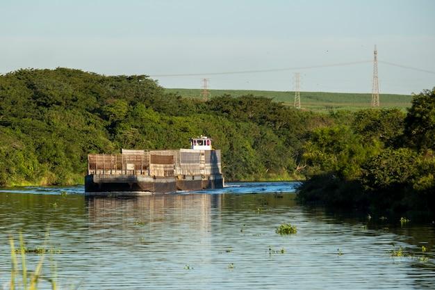 Péniche vide sur la rivière - voie navigable tiete-parana.