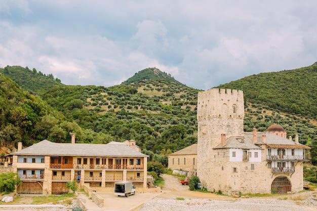 Péninsule d'athos, grèce. vue depuis un ferry. monastères orthodoxes, montagnes