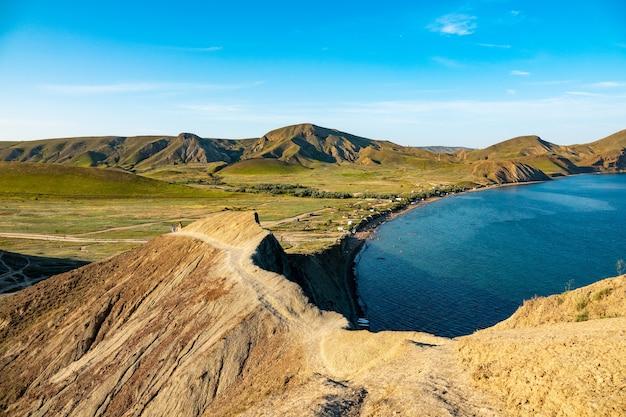 Péninsule de crimée. koktebel. cap haméléon. littoral de l'été de la mer noire