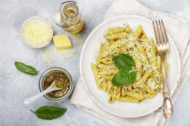Penne au pesto, parmesan, huile d'olive et basilic