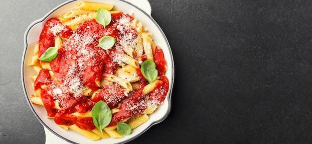 Penne italienne à la tomate servie dans une poêle