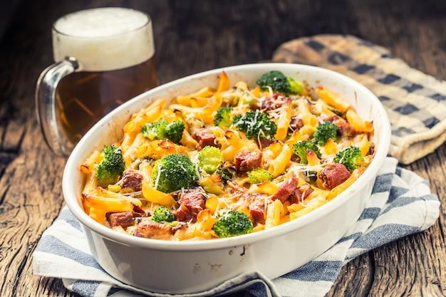 Penne de pâtes au four avec du fromage mozzarela au cou de porc fumé au brocoli et d'autres ingrédients.