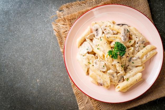 Penne pâtes carbonara sauce crème aux champignons