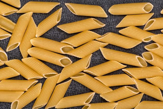 Penne rigate se bouchent. pâtes crues sèches. espace penne.