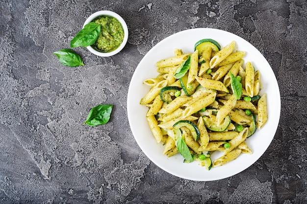 Penne avec sauce pesto, courgettes, petits pois et basilic. nourriture italienne.