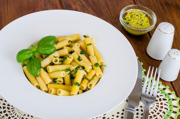 Penne avec sauce pesto. cuisine italienne.