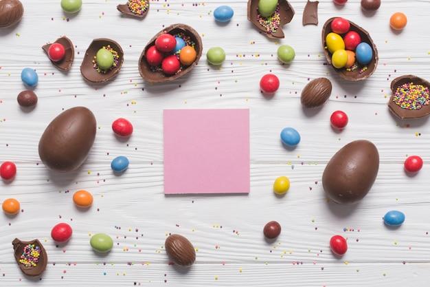 Pense-bête au milieu des bonbons de pâques
