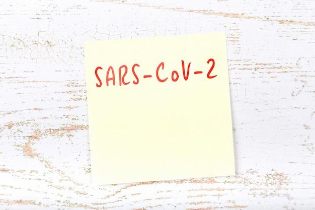 Pense-bête jaune avec rappel du danger des coronavirus