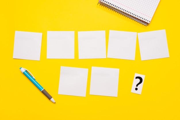 Pensée critique, trouver des indices, répondre à des questions, collecter des données, brainstorming d'idées logiques, collecte d'informations, jeux de mots, fournitures de bureau cahiers stylo
