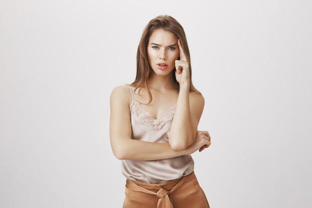 Pensée de femme sérieuse et attrayante ciblée