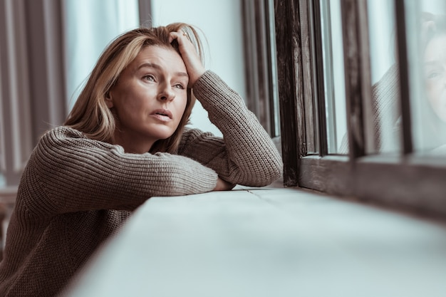 Penser au suicide. femme aux cheveux blonds pensant au suicide après des problèmes et des défis personnels