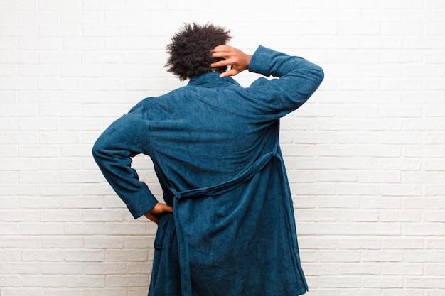 Penser ou douter, se gratter la tête, se sentir perplexe et confus, vue arrière ou arrière