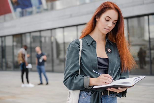Penser et écrire jeune femme