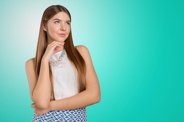 Penser femme debout songeur contemplant à la recherche de sceptique