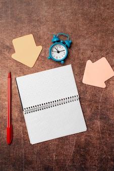 Penser de nouvelles idées brillantes renouveler la créativité inspiration nouvelles opportunités conceptions d'espace de travail
