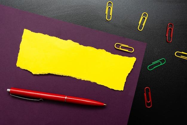 Penser de nouvelles idées lumineuses, renouveler l'inspiration de la créativité, nouvelle opportunité, environnement de travail, plans de remue-méninges, concept de note d'écriture, stylo pour cahier de collections de bureau