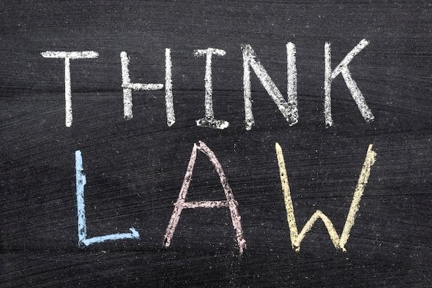 Pensez à l'expression de la loi manuscrite sur le tableau noir de l'école