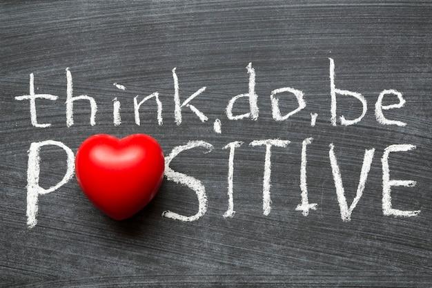 Pensez, faites, soyez un concept positif écrit à la main sur un tableau noir