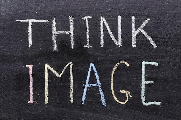 Pensez à la phrase d'image manuscrite sur le tableau noir de l'école