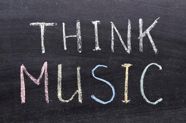 Pensez à la phrase musicale manuscrite sur le tableau noir de l'école