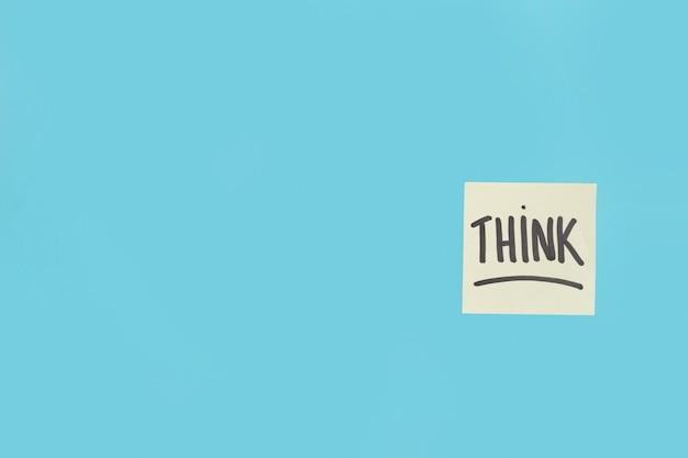 Pensez texte écrit sur pense-bête sur le fond bleu