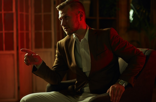 Pensif, beau, homme affaires, porter, costume, poser dans restaurant
