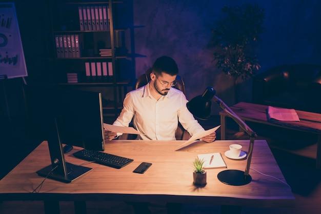 Pensif, sérieux, confiant, gestionnaire, lire des documents