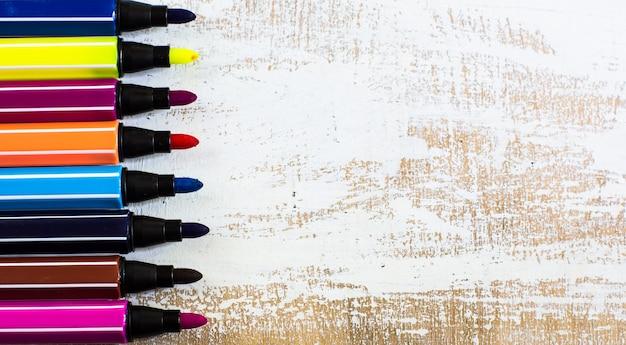 Pensils multicolores sur un tableau