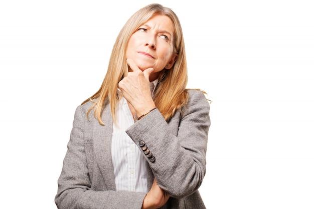 Pensive femme âgée avec la main sur le menton