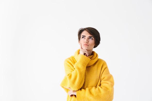 Pensive girl wearing hoodie debout isolé sur blanc