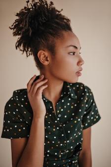 Pensive jeune femme à la recherche de suite